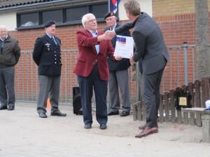 Ceremonie bij het herplaatsen plaquette Air Gunnersboom